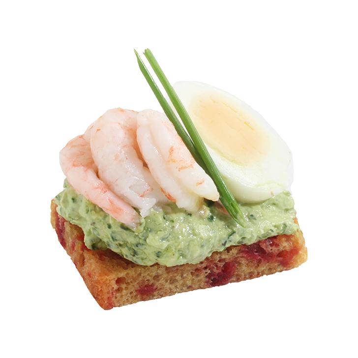 Biešu maizes kanapē ar spinātu pesto, paiplas olu un garnelēm