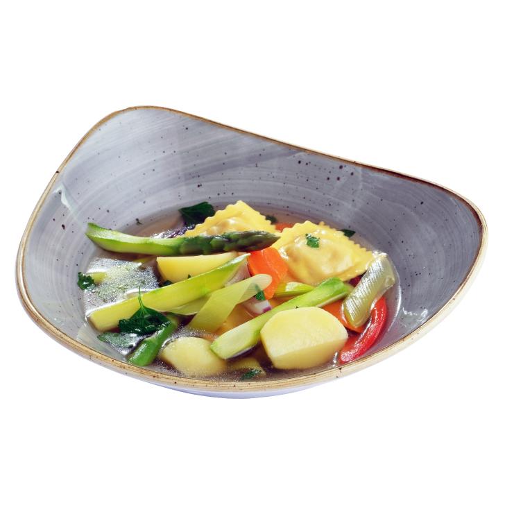 Buljons ar tvaicētiem sparģeļiem, sezonas dārzeņiem un trušu gaļas ravioli