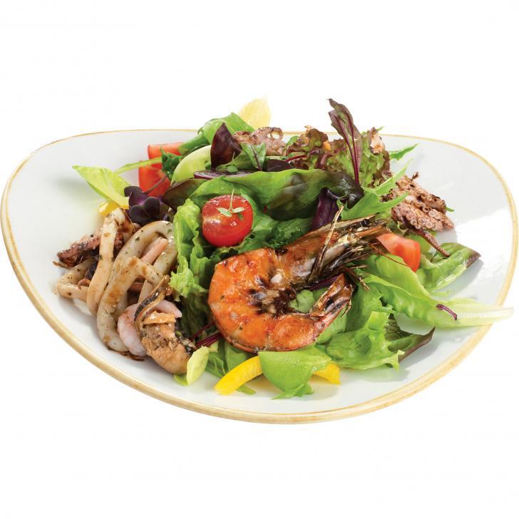 Dārzeņu salāti ar karstām jūras veltēm balzamiko glazūrā