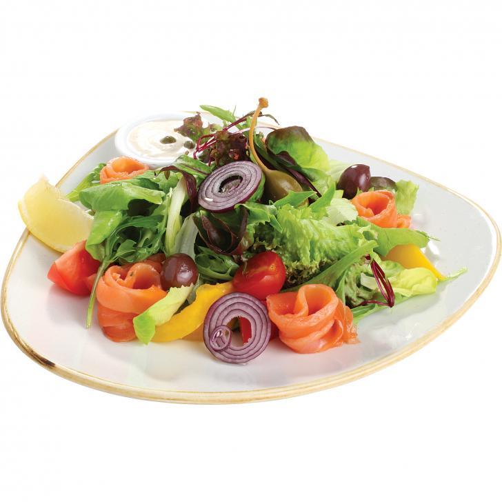 Овощной салат с лососем и соусом из каперсов и майонеза