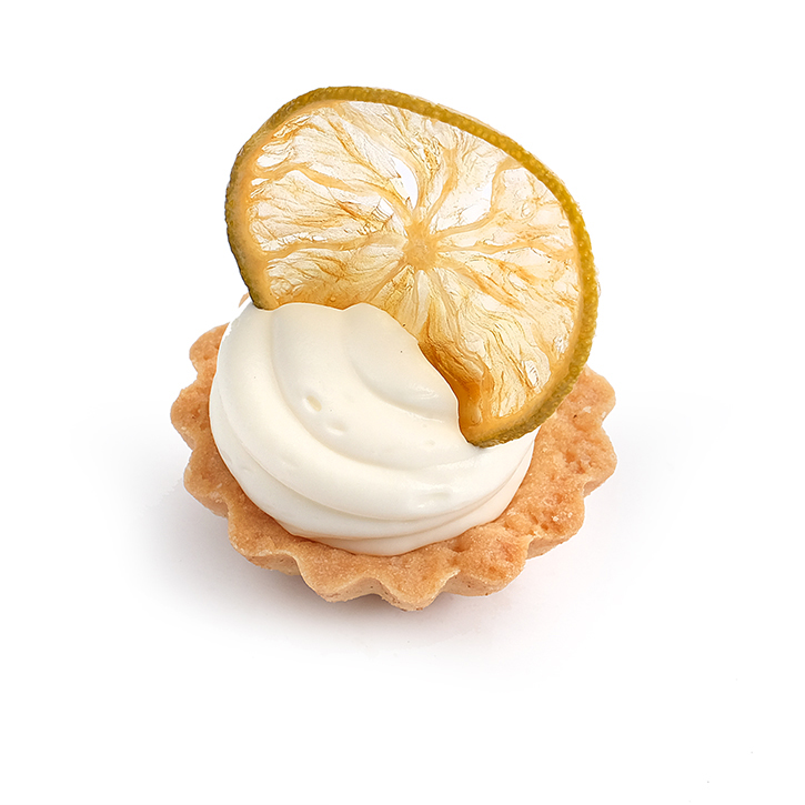 Small tart with lime-vanilla cream and candied fruit