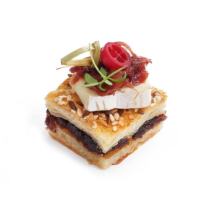Kārtainās mīklas, sīpolu džema un bree siera uzkoda