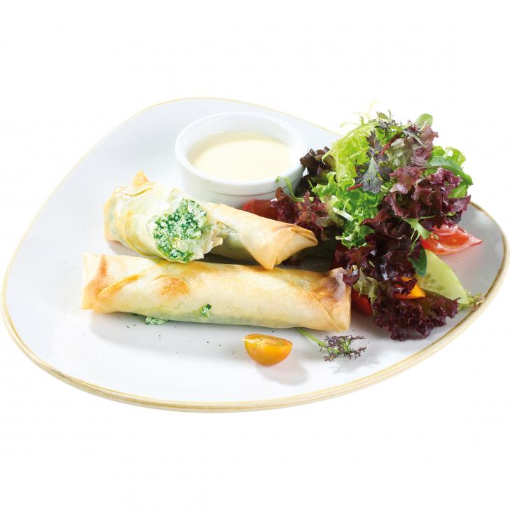 Хрустящие рулетики с начинкой из шпината и сыра подаются с салатом