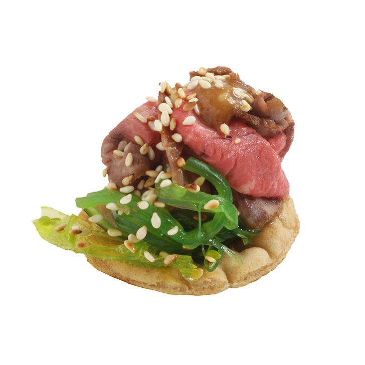 Kraukšķīgs kanapē ar Kaiso salātiem un rozā ceptu liellopa muguru