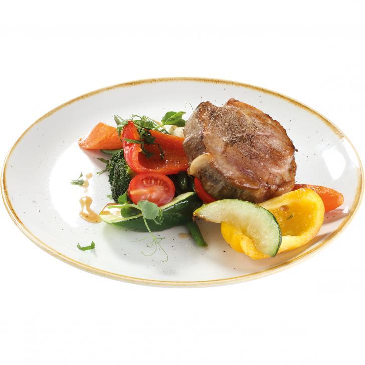 Lēni gatavināta cūkas kakla karbonāde, pasniegta ar sviestā apceptu dārzeņu izlasi