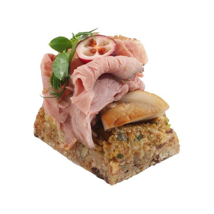 Lēni gatavināts liellops ar sēņu tapenādi, pasniegts uz pilngraudu maizes kanapē