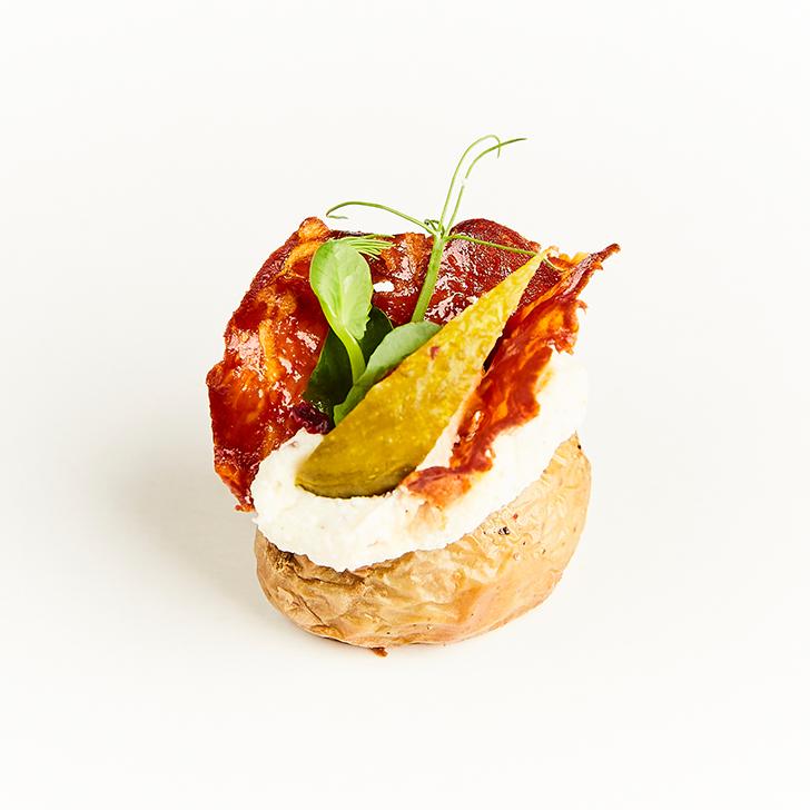 Mini kartupelis mundierī ar biezpiena-ķimeņu krēmu, marinētu gurķi un kraukšķīgu čorizo