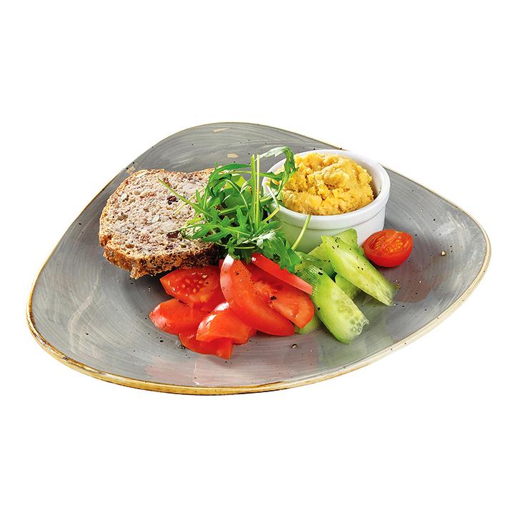 No dabīgā ierauga cepta pilngraudu maize ar Turku zirņu pastēti un svaigiem tomātu-gurķu salātiem