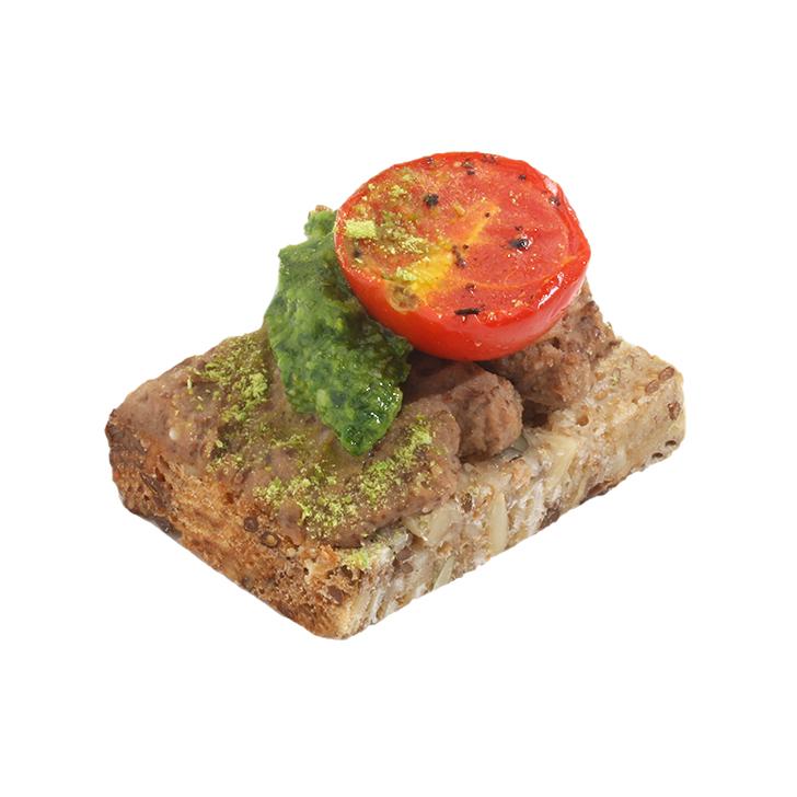 Pilngraudu maizes kanapē ar pelēko zirņu humusu, pētersīļu pesto un vējotu ķirštomātu
