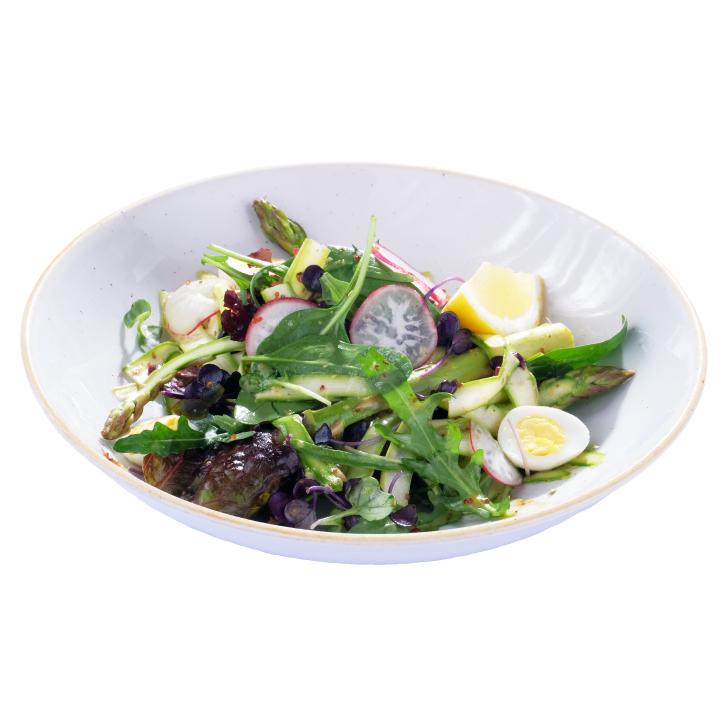 Svaigi saprģeļi ar lapu salātiem un redīsiem, ar graudu sinepju mērci un paipalu oliņām