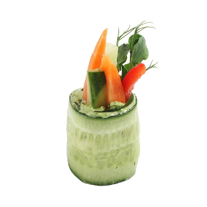 Рулетик из свежего огурца с кремом из петрушки со свежими овощами