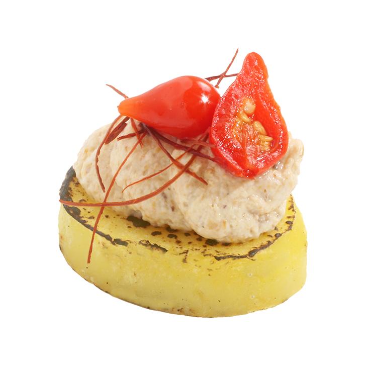 Svilināta kartupeļu uzkoda ar gaileņu krēmu, kaltēto tomātu un zaļumiem