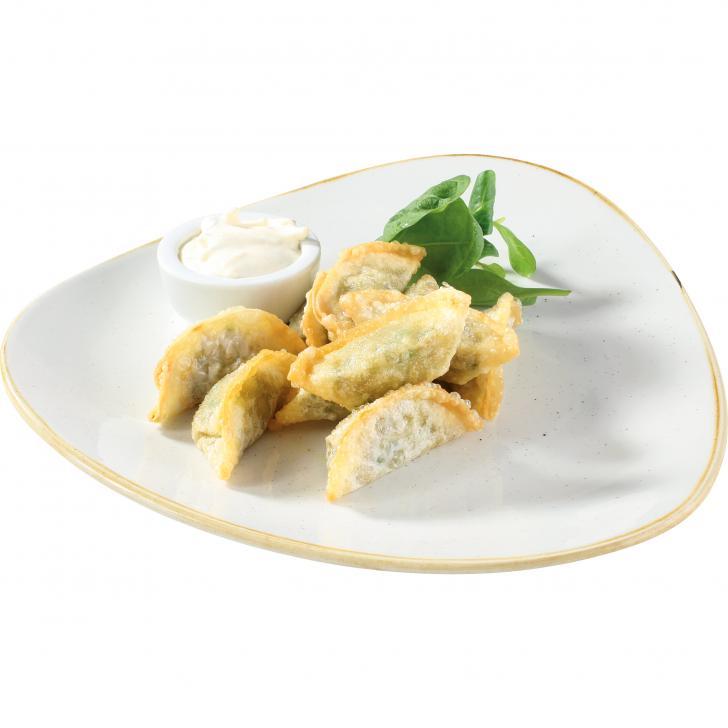 Вегетарианские пельмени с соусом из сметаны и сыра
