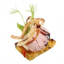 Burkānmaizes kanapē ar cūkgaļas fileju, bazlāmetiķa glazūru un rostētiem sīpoliem