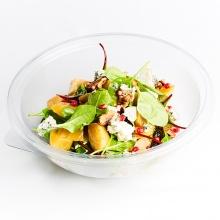 Жареный свеклы салат с листьями свеклы, голубым сыром, черными сливами и грецкими орехами
