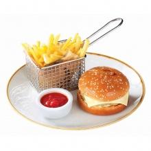 Čīzburgers ar frī kartupeļiem un kečupu