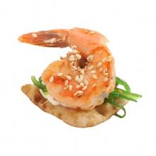 Kraukšķīgs kanapē ar Kaiso salātiem ar ceptu, marinētu tīģergarneli