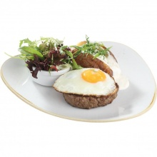 Minced beefsteak with fried egg and non-peeled roast potato