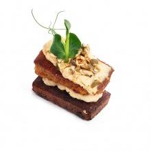 Пряный тыквенный кекс с кремом из свежего сыра и с тыквенными семечками