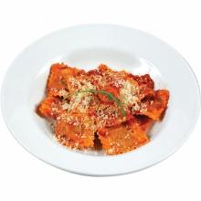 Ravioli ar sarkanvīnā sutinātu teļa gaļas pildījumu