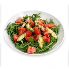 Rukolas salāti ar tomātiem, avokado un balzāmetiķa mērci