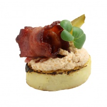Burned potato snack with chanterelle cream and crispy bacon