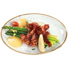 Tvaicēti sparģeļi pasniegti ar prosciutto crudo(vitinātu šķiņķi) Bearnaise mērci un jaunajiem kartupelīšiem
